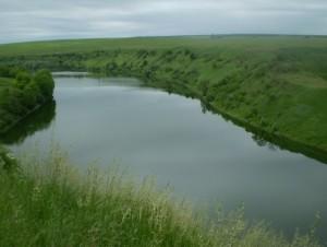 Красоты западной Украины - река Жванчик, справа - трипольское городище