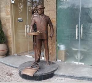 Бизнесмены привлекают клиентов разными способами, например устанавливают памятники у входа
